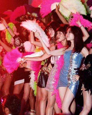 """常夏ボーイ☆ on Instagram: """"#昭和#バブル時代#一般人#お姉さん#お立ち台#パンチラ  マジでバブル時代ってヤバイよな😲 こんなに大勢の一般のお姉さんたちが お立ち台で踊りだして ちょーパンツ見せびらかしてたとは…  信じられん時代だぜ。  現代は、一般のお姉さんたちが集団で…"""" (70763)"""