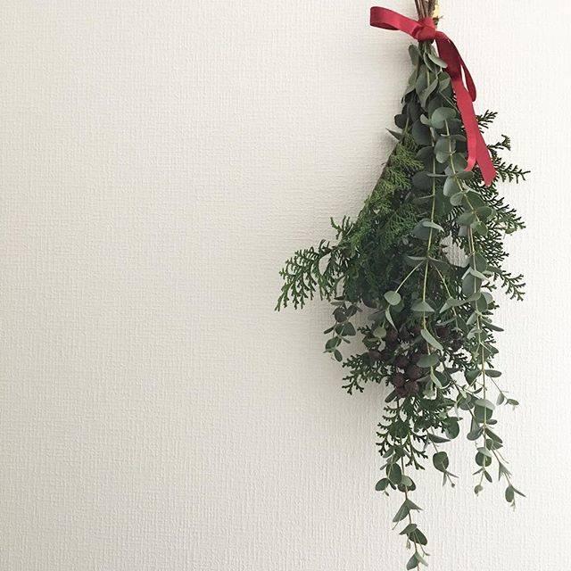 """misato on Instagram: """"* 先日作ったリースと同じ材料でスワッグも作成。 材料2種類はちょっと寂しいかしら… リースの投稿の際、 フォロワーさんよりいただいた """"赤いリボン""""のアイデアを スワッグ作りで拝借致しました♥️ ありがとうございます🙏 * #スワッグ#クリスマススワッグ#クリスマス…"""" (70977)"""