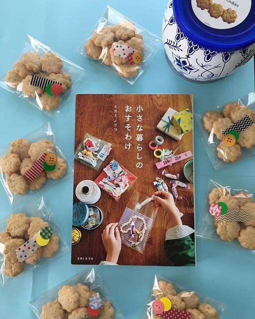 """ラッピングCafe on Instagram: """"💕贈る私も贈られる方もハッピーに💕 ・  缶クッキーを小分けしてマスキングテープと丸シールを重ねてチョコッと貼るだけで簡単可愛くおすそ分け🍪 ・ #小さな暮らしのおすそわけ  #ダニッシュミニクッキー #おすそ分け #スイーツラッピング #セリア #ボタンシール #マステシール…"""" (72400)"""