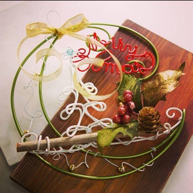 """日本化線株式会社 on Instagram: """"クリスマスにまだまだ間に合う!ワイヤーで素敵なクリスマスリースも出来ちゃいます✨🎄✨HPより無料レシピダウンロード出来ますので是非お試し下さい☺️✨ #日本化線 #自遊自在 #頑固自在 #ワイヤークラフト #ワイヤーアート  #カラーワイヤークラフト #ハンドクラフト…"""" (72480)"""