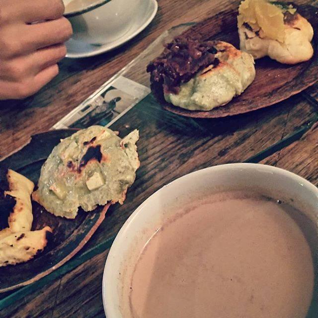 """白湯(さゆ) on Instagram: """"久々にマンヂウカフェ ムギマル2さんにお邪魔してきました〜 夜の訪問は初でしたが、夜も良いよ! ホットチャイと白地にチョコレートと、ヨモギにチーズあんこをセレクト 同行者さんの白地にサツマイモとヨモギにチーズをシェアして4種類もいっぺんに食べられちゃいました(*´ω`*)…"""" (73116)"""