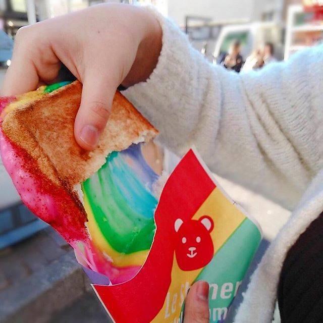 """Saji on Instagram: """"rainbow sandwitch ・ ・ ・ ・ ・ チーズが思ったよりも美味しくてビックリした😋 色もそこまで毒々しくなくていい感じ! ただ……高すぎねぇか!?🙄 普通なのか!? 都会の物価高すぎ怖い ・ ・ ・ ・ ・ #rainbowsandwich #rainbow…"""" (73379)"""