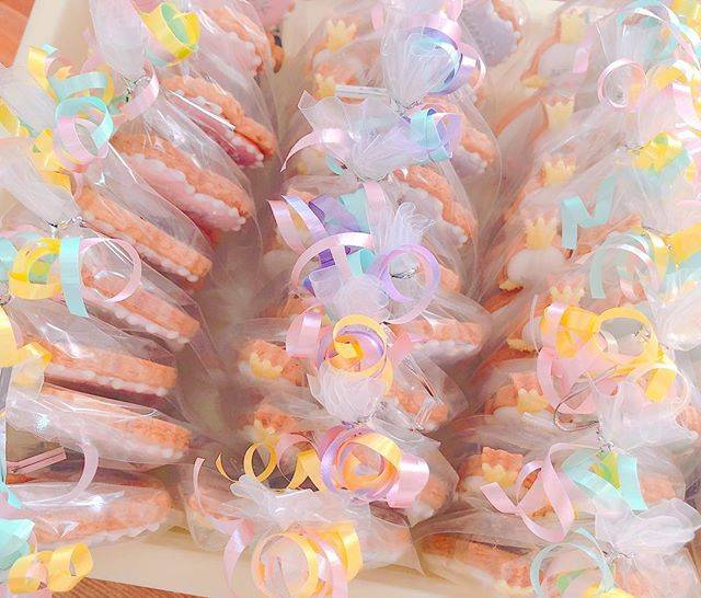"""sakie on Instagram: """"☀️ 今日はプチギフトクッキー♡ お好きなデザイン、お好きなメッセージで、 お世話なった方へプレゼントしませんか^^? 可愛いリボンでラッピングします🎀 #アイシングクッキー #アイシングクッキー教室 #アイシングクッキーオーダー #プチギフト #wedding…"""" (73514)"""