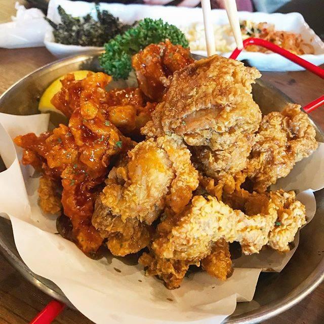 """Nakky on Instagram: """"年末の新大久保は混み具合が最悪でしたが、チキンの味は最高でした。甘辛のと、ニンニク醤油のハーフ&ハーフどちらもクセになる美味しさです#ホンデポチャ#新大久保#ヤンニョムチキン"""" (73740)"""