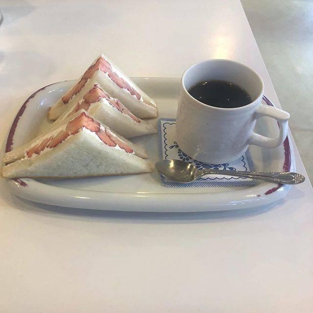 """自由に〰️〰️〰️〰️〰️🕊 on Instagram: """"_一切れ食べたあと 🙄🍓#フルーツパーラーフクナガ #イチゴサンド#daily #日々 #休日 #暮らし #simple #cafe #coffee #break #카페 #커피"""" (73757)"""