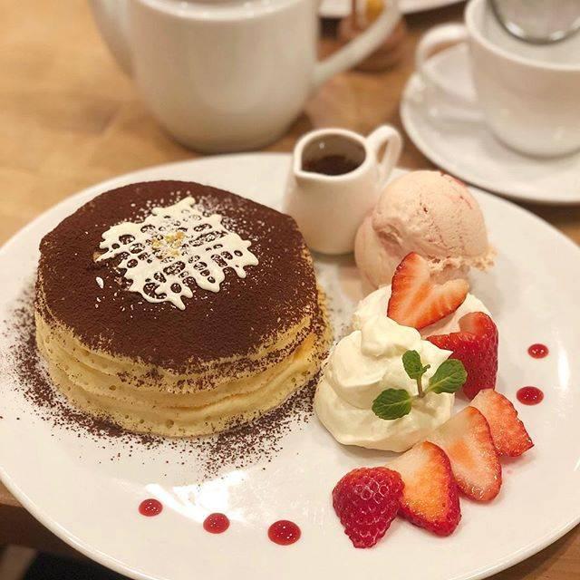 """Noriko Itoh on Instagram: """"#ホットケーキの日 に #パンケーキ 食べた!  うう、惜しい…  でもね、 #voivoi さんのパンケーキはいつも優しくて美味しい😋  #苺ティラミスパンケーキ に #コーヒーソース をタラタラ〜と垂らして…そこに #マスカルポーネチーズクリーム を乗せて😍…"""" (73868)"""