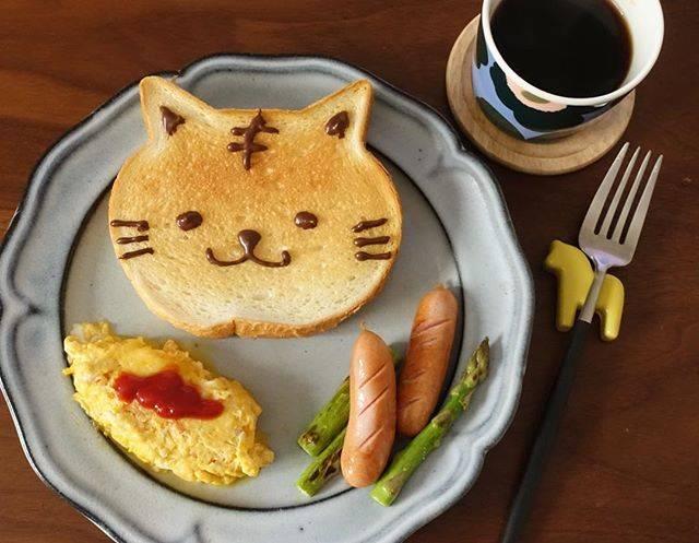 """moeri on Instagram: """"おはよう月曜日☀️ 昨日ダンディゾン行ったら激混みだったので美味しいパン無いだろうかって調べてたら出てきた吉祥寺第一ホテルのいろねこ食パン。 可愛くて美味しい朝ごはんになりました😊 トラ猫風にデコペンで描いてみました〜🖋 #朝ごはん #おうちカフェ #おうちごはん #天龍窯…"""" (74507)"""
