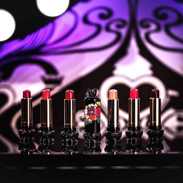 """ANNA SUI COSMETICS on Instagram: """"2019年1月4日(金)発売💄 色鮮やかな花々をイメージした美発色ルージュ。  ローズの新色が登場。 🌹SPRING COLLECTION🌹 ・ #アナスイコスメティックス #annasuicosmetics #リップスティックF #発売 #新色 #リップ #バラ #ローズ…"""" (74669)"""