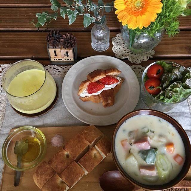"""sayaka on Instagram: """"*朝ごぱん* クラムチャウダー フォッカチャ サラダ ゴールデンラテ いちごホイップサンド ・ ・ 昨日の夕飯に作ったクラムチャウダー つい何日か前もクリームシチューしたので、今回は九条ねぎをたっぷり入れて、お味噌で味付けした和風クラムチャウダーです。 ・ ・…"""" (75048)"""