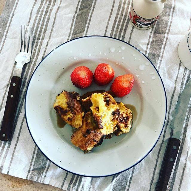 """Kagu13 on Instagram: """"残っていたviron のフランスパンと卵でフレンチトースト🥖🥚🇫🇷🇨🇦前の晩に卵液にバニラエッセンスを入れて浸けておくだけで、プリンのような香りと食感に🍮なんて素晴らしい料理なのか、そして経済的で楽なのか、明日はバナナチョコ味にしようかなぁ🍌🍫🤤 #goodmorning…"""" (75063)"""
