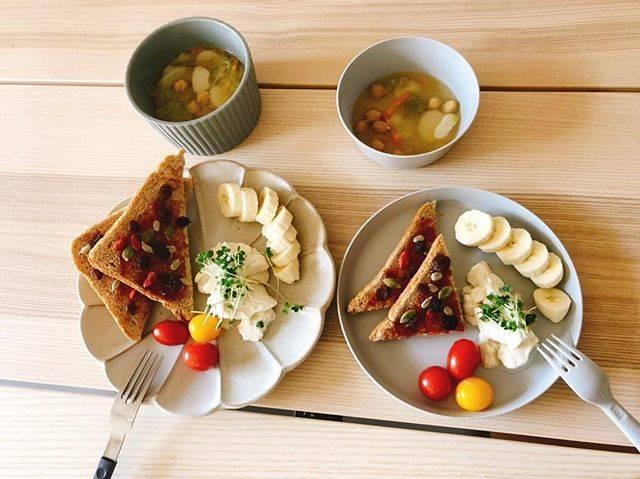 """kana on Instagram: """"今日のずぼらヴィーガン朝ごはん🍽 ・全粒粉パン ・クワイとレタスとひよこ豆の味噌汁 ・手作り豆腐 ・ミニトマト ・バナナ  おちびさんはジャムを全部舐めきってからパンを食べるんだけど なんでだろう?lol🤔  #全粒粉パン #手作り豆腐 #朝ごはん #1歳5ヶ月 #1歳朝ごはん…"""" (75071)"""