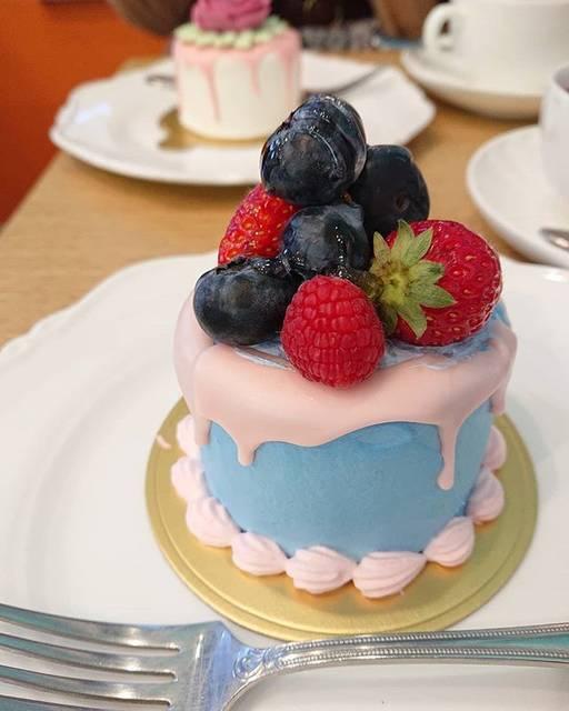 """Yui Tabata on Instagram: """"***中はシンプルなチョコレートケーキでした♥.生クリームとチョコレートでコーティングされてます🍰.#ケーキ #マリリッサ #表参道から #徒歩3分"""" (75264)"""
