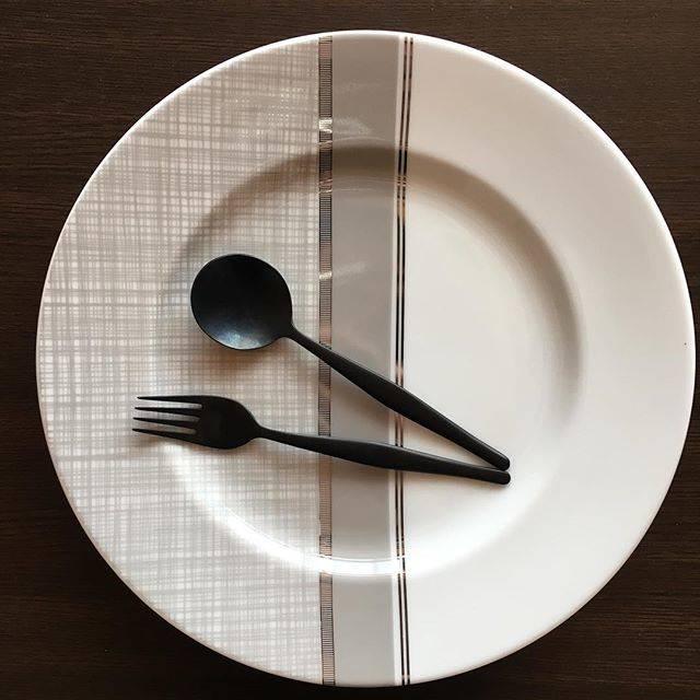 """さとみ on Instagram: """"ポーセラーツ 直径30センチの大皿 こちらも余白の白とヘム柄とプラチナラインでバランスとってみました! 先日upしたストライプの大皿とともに 昨日お渡ししてきました!!! 相手の方もとっても喜んでくださって(๑´ڡ`๑)テヘ 希望が ▪️優しい色…"""" (75395)"""