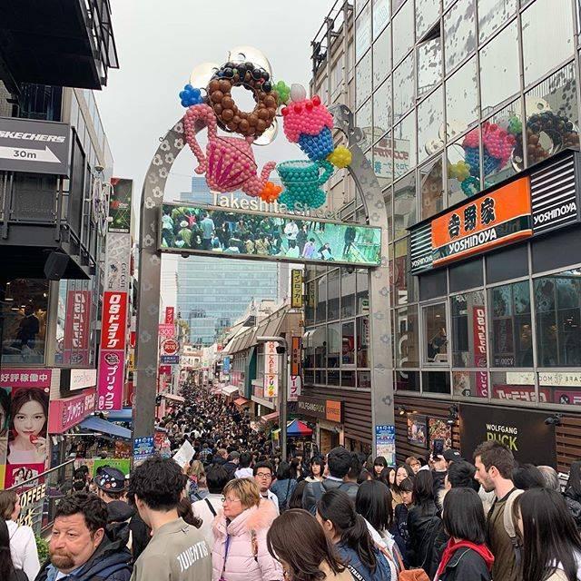 "Hiroyuki Kaido on Instagram: ""今日もお仕事で原宿へ。 . あれ?今日月曜だよね? 竹下通りハンパない!! . 外人のみなさまはこの人混みを敢えてたのしんでいる様子。 . 自分も上京したての19歳の頃は竹下通り行ってたなと思いつつ、ごった返す竹下通りを迂回して裏の小道からノースキャットストリート方面へ。 .…"" (78758)"
