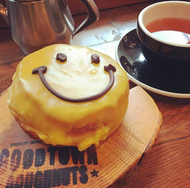 "@jaeyoonsama on Instagram: ""#굿타운도너츠 에서 굿모닝... 이곳 인기 no.1인 #망고 스마일 #goodtowndoughnuts #doughnuts #原宿カフェ #グッドタウンドーナツ #ドーナツ #マンゴースマイル"" (79162)"