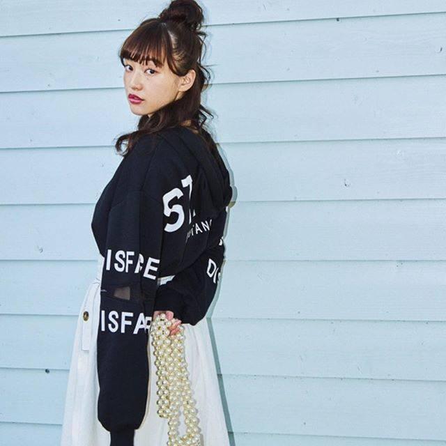 "WEGO on Instagram: ""✔︎mesh bag print parka ¥2,990+tax✔︎long skirt ¥2,990+tax✔︎pearl mini shoulder ¥3,990+tax@aina_yama#wego#wegomagazine#springfashion#新生活"" (80114)"