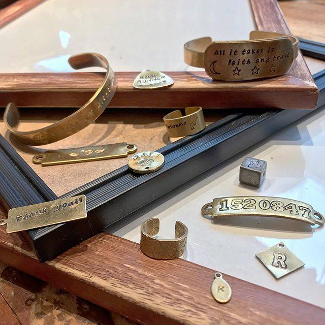 "BOX CHARM Industry on Instagram: ""こんにちは🌬 BOXCHARMでは好きなプレートを選び文字や絵文字を刻印できます!  特別なアクセサリーができますよ💐 . . . #boxcharmindustry #boxcharm #handmade #accessory #handmadejewelry #stamp…"" (80669)"