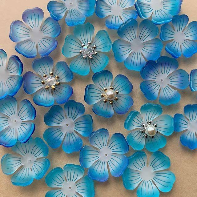 """yumi on Instagram: """"ネモフィラ畑。  #立体プラバン #プラバン #プラ板 #熱縮片 #shrinkplastic  #3dshrinkplastic  #3dsp⭐️y  #ネモフィラ #瑠璃唐草 #ネモフィラの丘 #babyblueeyes  #青い花#赤ちゃんの青い瞳  #花#flower…"""" (81633)"""
