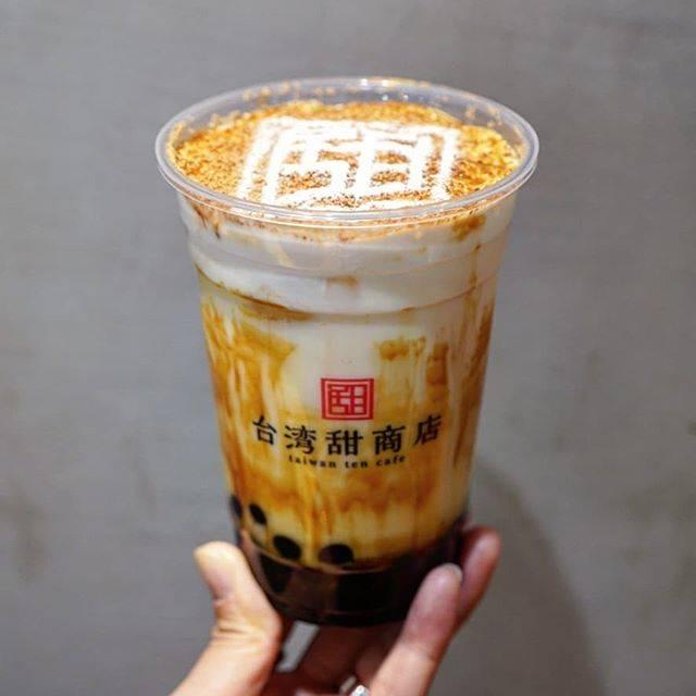 """カナミシュラン(kana) on Instagram: """"【東京 新宿 台湾甜商店】 甜黒糖クリームミルク . . これは 氷の量変更可能、甘さ変更不可 . タピオカはつるもちタイプ中粒 黒糖のお味がしっかりついてるよ😌 濃厚クリームがミルクの上にのってて 甜アート付きだったよ😋 . 阪急三番街のとこは並んでるけど 新宿は全然だった😂…"""" (81922)"""