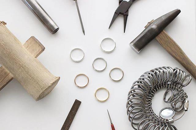 """【手作り指輪・手作り結婚指輪】ついぶ東京工房 on Instagram: """"手作り指輪を作り上げるには様々な工具が必要です。 . ついぶ東京工房の手作り指輪は鍛造(たんぞう)技法がメインになります。 . 金属の棒を曲げたり、叩いたり、ガスバーナーで溶接したりと普段の生活の中ではなかなか味わえないことが盛りだくさんの作り方なのです! .…"""" (82297)"""