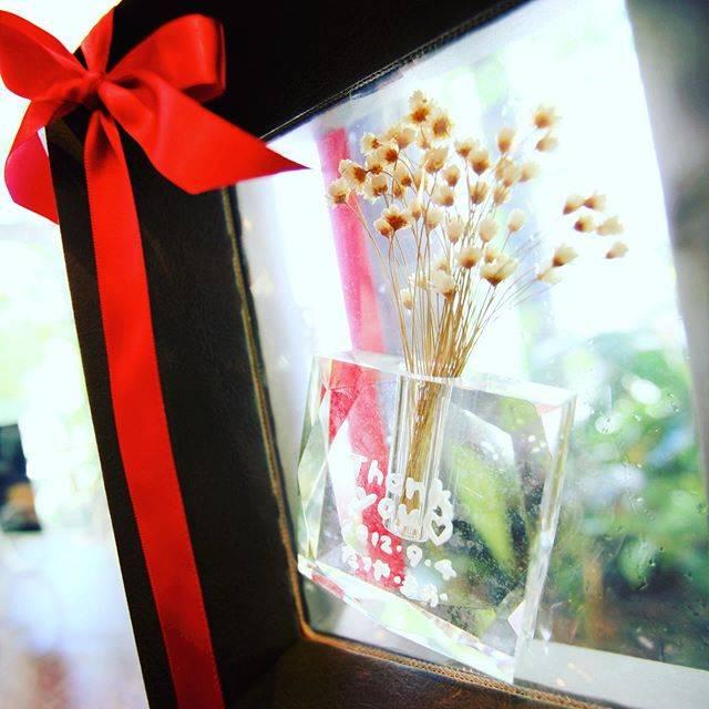 """手作りブライダルプレゼントゆう工房 on Instagram: """"結婚式にご両親へ手作りプレゼント☆  キラキラガラスのフラワーベースに感謝のメッセージを刻みます。 自由にデザインが出来、サンドブラストマシーンを使って彫刻する体験。  世界にひとつの作品が完成します☆ 感謝の気持ちを伝えましょう☆ ●1個 11000円(税抜) 〜…"""" (82580)"""