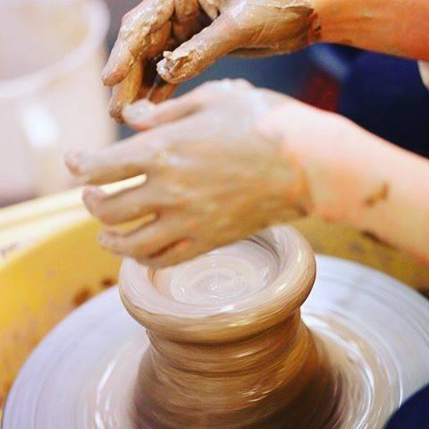 """ゆう工房 on Instagram: """"電動ロクロでうつわ作り☆ 土の感触が気持ちいいです。  陶芸専科会員コースは、電動ロクロを基本から学ぶ専門コース。  土の扱い方から丁寧にレクチャーしますので、初心者さんも安心してご受講いただけます。 ☆2019年4月スタートの陶芸専科コース生募集中です。…"""" (82592)"""