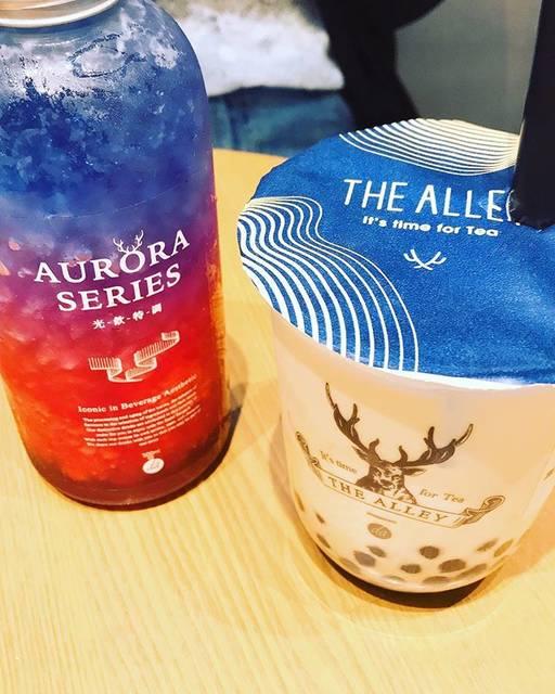 """sweet_P on Instagram: """"【THE ALLEY  黒糖ミルクラテ】 三宮の駅近く 結構並んでました🤔  ミルク感が強くて、甘くて美味しい! タピオカ自体に黒糖のような甘みがついてて、量はなかなかに多めですね 最後にちょっと余るくらい でも、飲みごたえがあって、美味しかった😋  隣のは普通のジュース…"""" (83110)"""