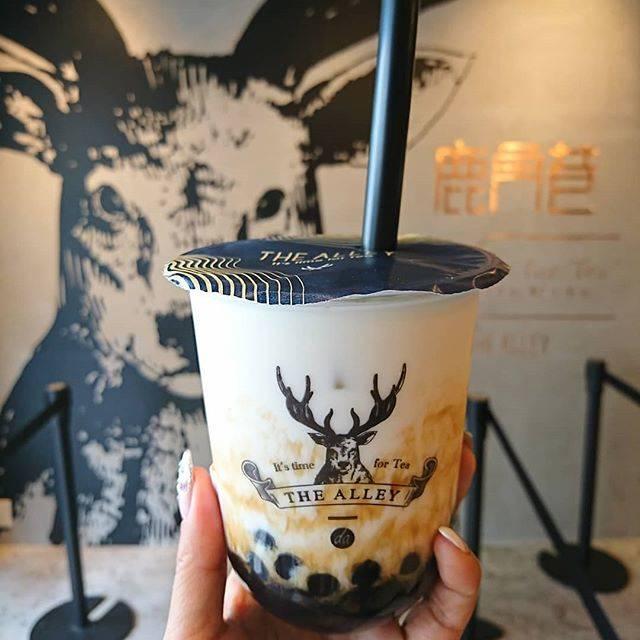 """rumiko on Instagram: """"THE ALLEY  流行りものにめっぽう弱いBBA🙈  チラ見したら空いてる🤯  黒糖タピオカラテ  あちちのタピオカと 冷たいミルクを混ぜて飲んだら (゚д゚)ウマー(゚д゚)ウマー(゚д゚)ウマー  平日11時半 待ち時間ゼロでしたよー😙 · · · #京都 #kyoto…"""" (83123)"""
