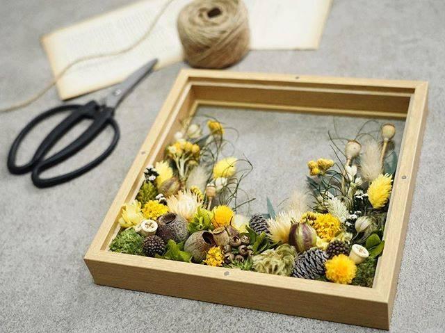 """yuanflower on Instagram: """"美しい花々と緑で埋め尽くされた癒しの空間『花の庭』の風景を切り取ったようなフラワーフレーム。15種類以上のドライフラワーフラワーやプリザーブドフラワー、木の実を使って制作しています。  Webショップにて販売中 yuanflower.com…"""" (83509)"""