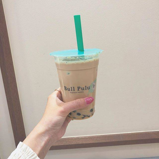 """Nana on Instagram: """"❤︎ ・ ブルプルのミルクティー。 最近オープンしたジアレイには並べなかったからっていうありきたりな感じで行ってみた。 タピオカってこんなにボリューミーな飲み物だっけという印象。 ・ ネイル可愛いのにしたからいちいち写真撮るの楽しい。 ・ #ブルプル #bullpulu…"""" (84028)"""