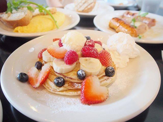 """田中liaison:) on Instagram: """"* 元テラスハウスメンバーの、りさこちゃんにお店で遭遇したー〜 美人だったー〜 パンケーキは口コミ通り、モチモチしていてしょっぱい生地だったけど、大き過ぎずちょうど良かったー〜 ランチはドリンとサラダ付くからオススメー〜 * #lunch #cafe #pancakes…"""" (85019)"""