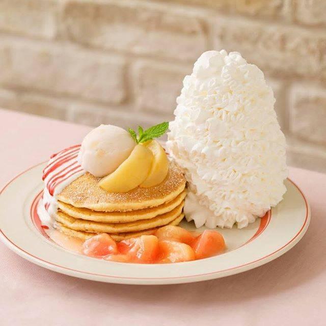 """EGGS 'N THINGS JAPAN on Instagram: """"6月25日(火)〜7月31日(水)までの期間中、白桃を使った爽やかな パンケーキが登場いたします!🍑🍨  ふんわり香る桃の優しい甘みと爽やかなヨーグルトソースを組み合わせた夏らしいパンケーキ🥺💕  甘酸っぱいラズベリーソースもかけ、 さっぱりと仕上げました😋💫 …"""" (85032)"""