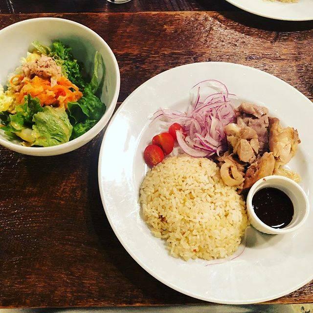 "mio on Instagram: ""・お昼はチキンライス!サラダもちゃんとしててうれしーい😋#ランチ #lunch #青山 #海南チキンライス #サラダドリンク付 #1000円"" (86958)"
