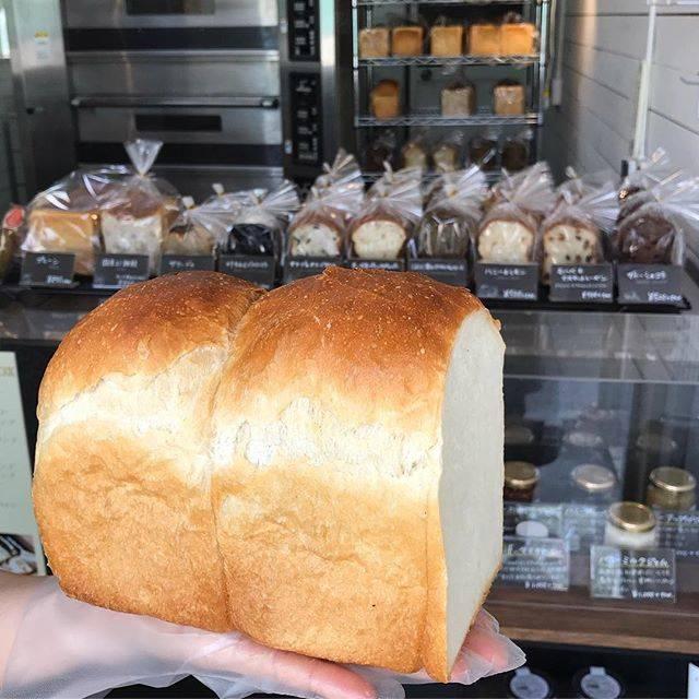 """(株)nigiru on Instagram: """"こんにちは! 今日はお花見日和ですね✨  本日も美味しいパンたくさんご用意しております!  おすすめはイギリスパン🎶 オーガニックのサンフランシスコ小麦100%を使用しておりトースト向けのパンです!  ご来店、ご予約お待ちしております。  本日のラインナップです ◎プレーン…"""" (87321)"""
