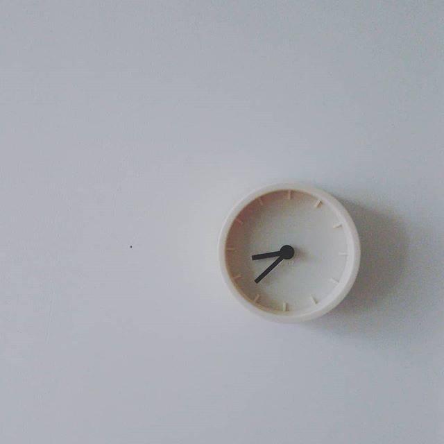 """macco on Instagram: """"本棚の位置を変えたら、本棚に置いてた時計が見えなくなって不便で、どうしよっかなぁ~と過ごすこと数日。#セリア でちっこいシンプルな時計を発見したので壁にちょんと掛けてみたら、意外といい感じ。#100均 #100均時計"""" (87457)"""