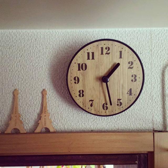 """小林綾 on Instagram: """"キッチンカウンターのちょっとしたすき間にぴったり(^o^) キャンドゥで見つけた、直径9cmの壁掛時計♪ ウッド調で可愛いです♡  #キャンドゥ #時計 #壁掛時計 #100均時計 #100均 #キッチン #キッチンカウンター #ウッド調…"""" (87458)"""