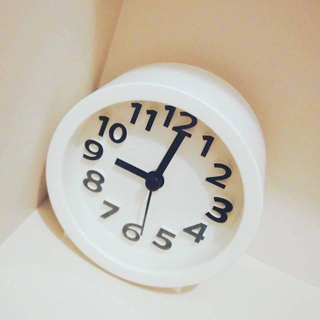 """gurumin on Instagram: """"ダイソーの時計をトイレに置きました。 ¥300商品 単3電池1本でOK アラーム可能。ライト点灯あり! シンプルなデザイン👍 トイレで無音状態だと針の音が 聞こえるのが惜しいところ。 他の方は聞こえないとあったのであれれ。  #ダイソー購入品 #ダイソー  #100均…"""" (87460)"""