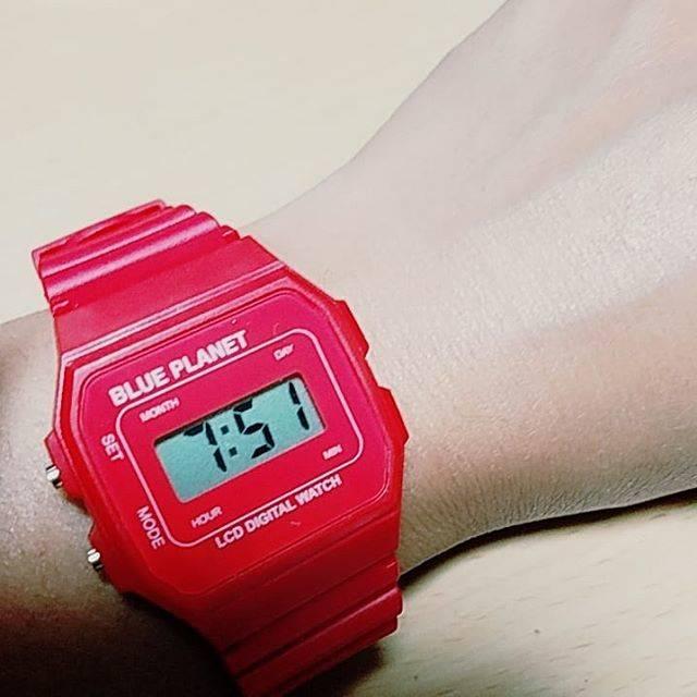 """けーこ on Instagram: """"腕時計⌚買いました♪#腕時計#久しぶり#あか#だのに#BLUE_PLANET #?#青い惑星#?#かわいい#お高い時計より#100均時計#笑"""" (87464)"""