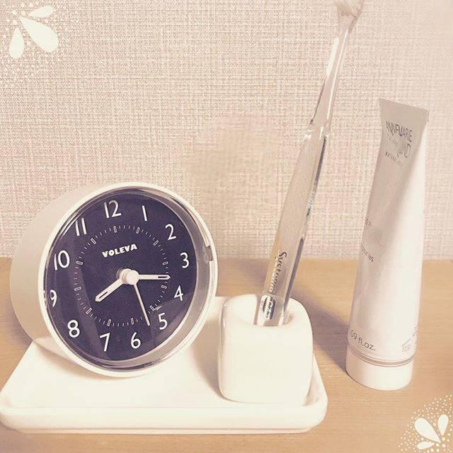 """コマドリ on Instagram: """"ダイソーで買った時計とハブラシスタンドとトレイ。 時計はかわいい上にカチカチ音が小さくて、いい感じです♪  #ダイソー #daiso #100円 #100均 #ハブラシスタンド #トレイ #無印風 #洗面所 #時計 #100均時計 #モノトーンインテリア  #プチプラ雑貨…"""" (87466)"""