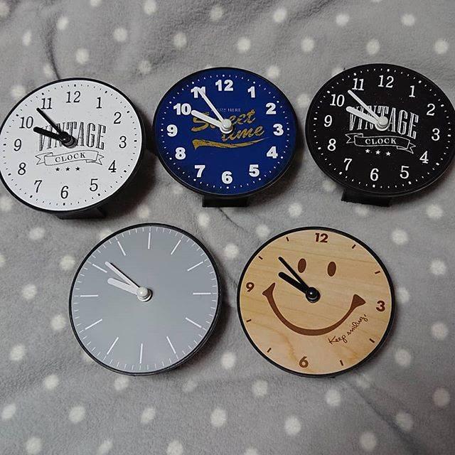 """うみーにゃ on Instagram: """"うちの#セリア の#時計 たち⏰ . . 上段は、けっこう前に購入したもの 下段は、先日購入したものです . .  いろんな場所にちょこちょこ飾ってます😉 どれもお気に入りです🖤💙 . .  #100均  #プチプラ  #100均時計  #プチプラ時計 #100均雑貨…"""" (87470)"""
