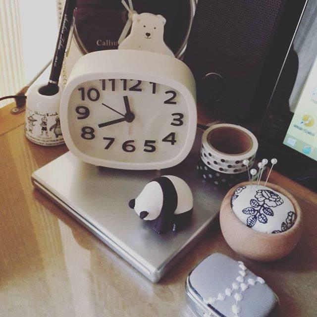 """A子 on Instagram: """"こんにちは🌞パンダちゃんのようにうなだれてしまうくらい今日も暑いです💦外に出る勇気がないので、お気に入りに囲まれたPC机でネットショッピングでもしよっかな😌#インテリア #お気に入り #PC周り #雑貨 #北欧雑貨 #100均時計 #うなだれパンダ #モノトーン"""" (87473)"""