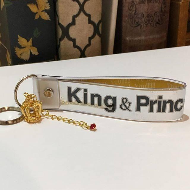 """@t_moet.1024 on Instagram: """"King&Princeのコンサートに行った会社の先輩が、 銀テープキーホルダーを手作りしてプレゼントしてくれました✨ しかも、ティアラ👑に紫耀くんカラーの赤いストーン付き❤️ うれしすぎます💕💕 #kingandprince  #firstconcerttour2018…"""" (87598)"""