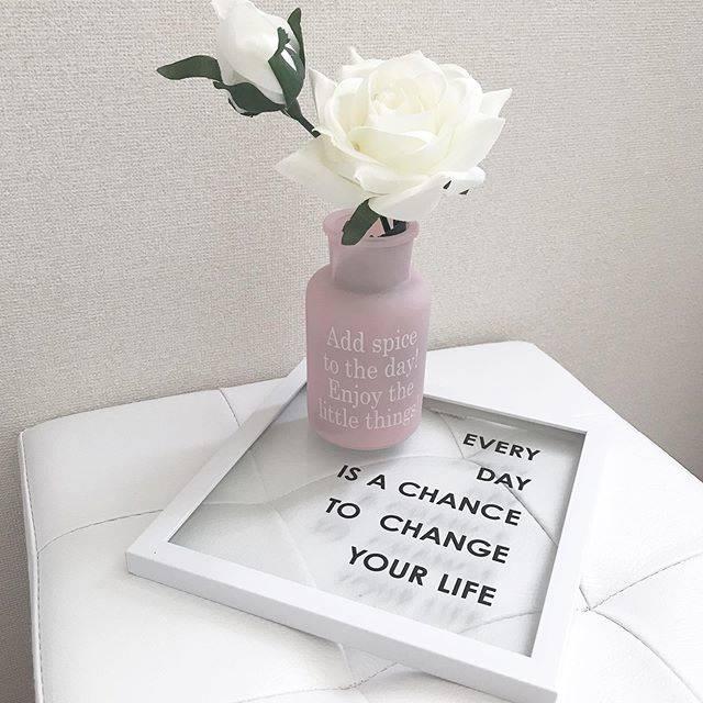 """michiko on Instagram: """"こんにちは☺️  先日買ったキャンドゥのボトルに ダイソーのお花を入れてみました💓 ピンク×ホワイトが可愛い😍  キャンドゥのアートポスター 置きにして、トレイとして使っても お洒落だと思いました☺️  使い道がありすぎて..…"""" (88784)"""