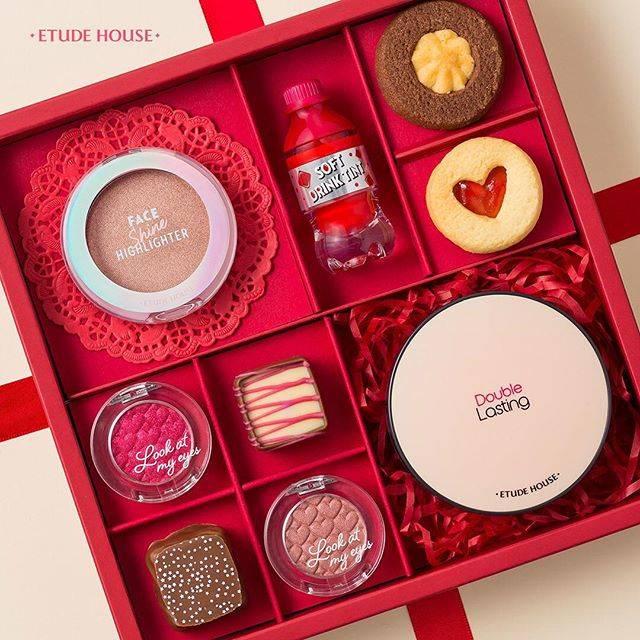 """エチュードハウス 公式アカウント on Instagram: """"Happy Valentine's day~❤️ - 愛をたっぷり込めたチョコをあげよう🍰💕 - ひと塗りでカバーしながら、ソフトマットな肌☁️✨ 色気のあるレッドな目元で目が合うたびにドキッ👀❤️ ナチュラルなハイライトで彼のハートを狙い撃ち💕 -…"""" (88862)"""