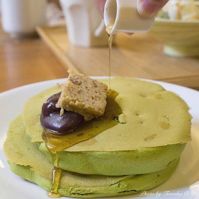 """Tomoko O. on Instagram: """"【うめぞのCafe & Gallery 】 ・ このシロップたら〜〜〜りってやつ、真似して撮ってみたかったんです😆 ・ お箸で頂く「抹茶ホットケーキ」。 もちもちフワフワで美味しかった😋 ・ #うめぞのカフェアンドギャラリー #うめぞのcafegallery #京都 #京都散策…"""" (89178)"""