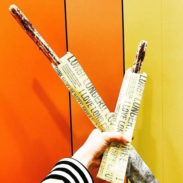 """LONG! LONGER!! LONGEST!!! on Instagram: """"ここでしか食べられない!! 日本一長いチュロス❤️❤️ . 大人気チュロスが日本一の長さになって皆様をお待ちしています❤︎ . ・チョコレートクランチ ・アーモンドクランチ ・キャラメルクランチ 人気はチョコレートクランチです🍫 . Long 35cm ¥450 Longer…"""" (90102)"""