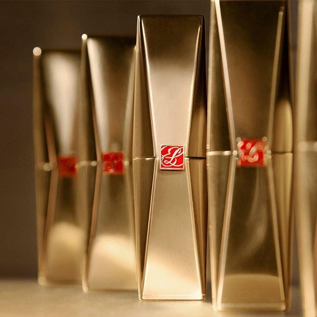 """Estée Lauder Japan on Instagram: """"【 #新発売 】思わず手に取りたくなる、いくつも揃えたくなる。リュクス感のあるゴールドのパッケージは、現代的でアーティスティック。#PureColorDesire #リップスティック #新作コスメ #メイクアップ #エスティローダー"""" (90309)"""
