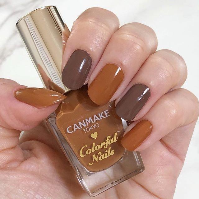 """さぁら⑅︎◡̈︎* on Instagram: """"୨୧ #今日のネイル 💅🏼 秋っぽいカラー \(◡̈)/ キャンメイクのお気に入り2色を使ってます ◟̆◞̆♡  ✩︎ カラフルネイルズ N36 (親指/中指/小指) ✩︎ カラフルネイルズ N15 (人差し指/薬指)  私が真剣に塗っていると、いつも隣で娘が、…"""" (90411)"""