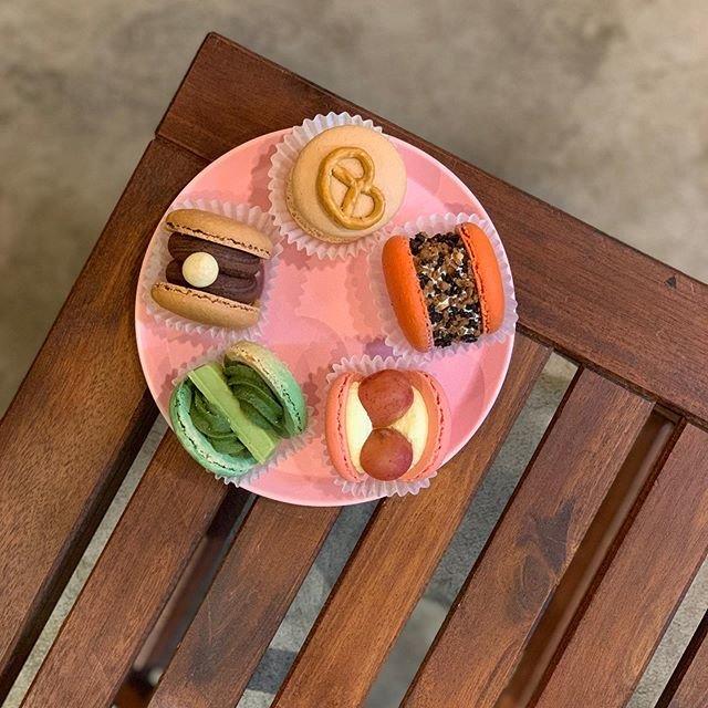 """@thesugarforest_tokyo on Instagram: """"こんにちは!写真はソルティーキャラメル、テジバ、ブドウチーズケーキ、京都抹茶、真珠チョコでございます、そろそろハロウィンの為にお店の中もハロウィンぽく飾ってます😊まだマカロン少し残ってますのでよろしくお願いします🙇♂️明日も頑張ります🙇♂️ . . .…"""" (90468)"""