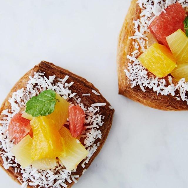 """TYSONS & COMPANY on Instagram: """". breadworks天王洲/ecute品川では 夏にぴったりの季節のフルーツを使ったデニッシュが登場。 今回はオレンジ、ピンクグレープフルーツ、パイナップルと口いっぱいにトロピカルなジューシーさが広がります!ぜひお試しください! .…"""" (91679)"""